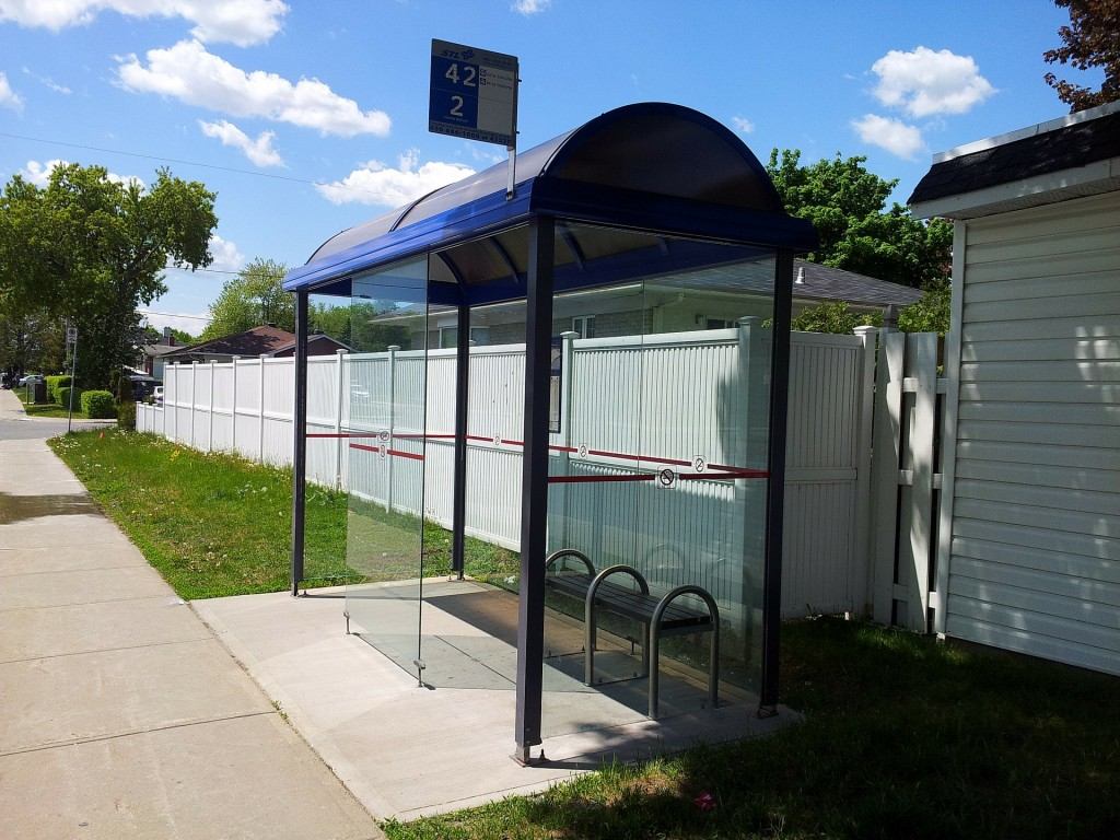 bus-stop-112203_1920